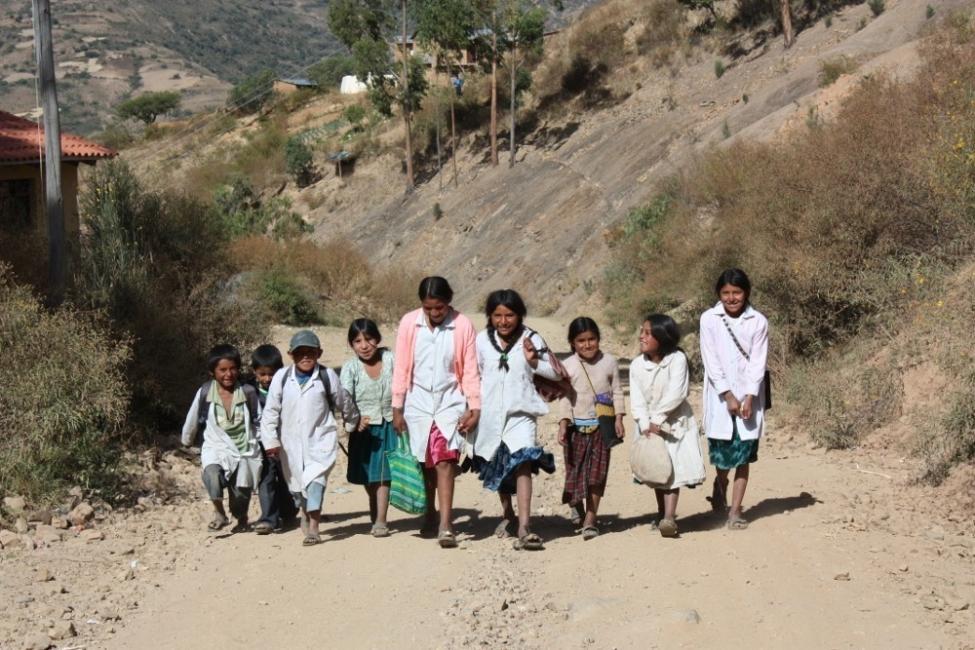 niños van a escuela rural