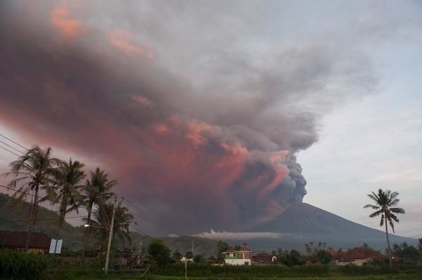 el volcán Agung expulsó una nube de ceniza que alcanzó los 4000 metros de altura