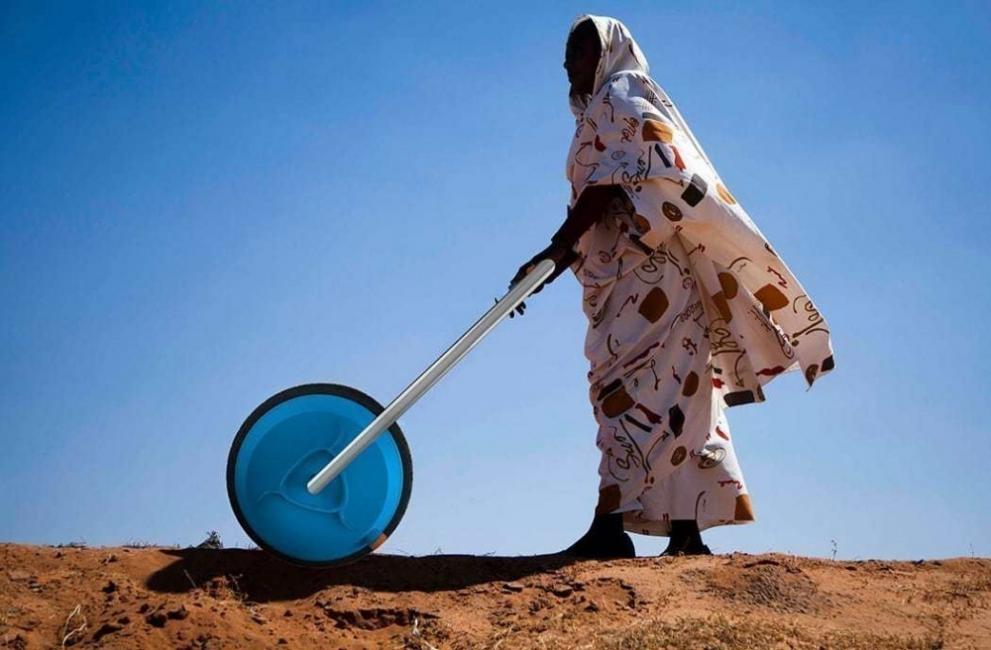 Rueda transportadora de agua - filtro - purificadora - mujer