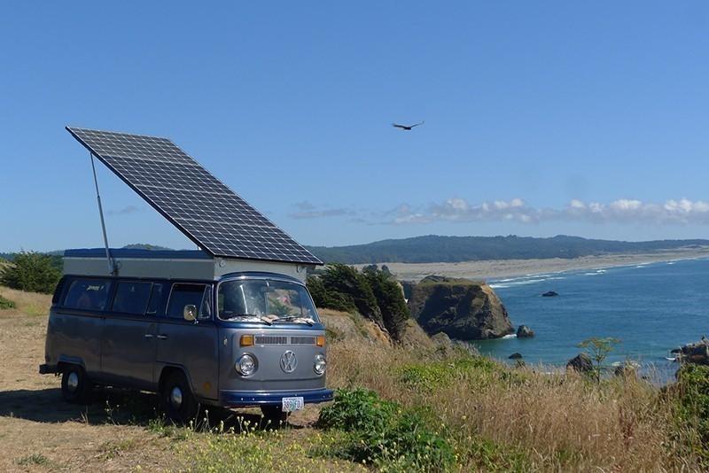 Convierten una furgoneta VW en eléctrica con un gran panel solar