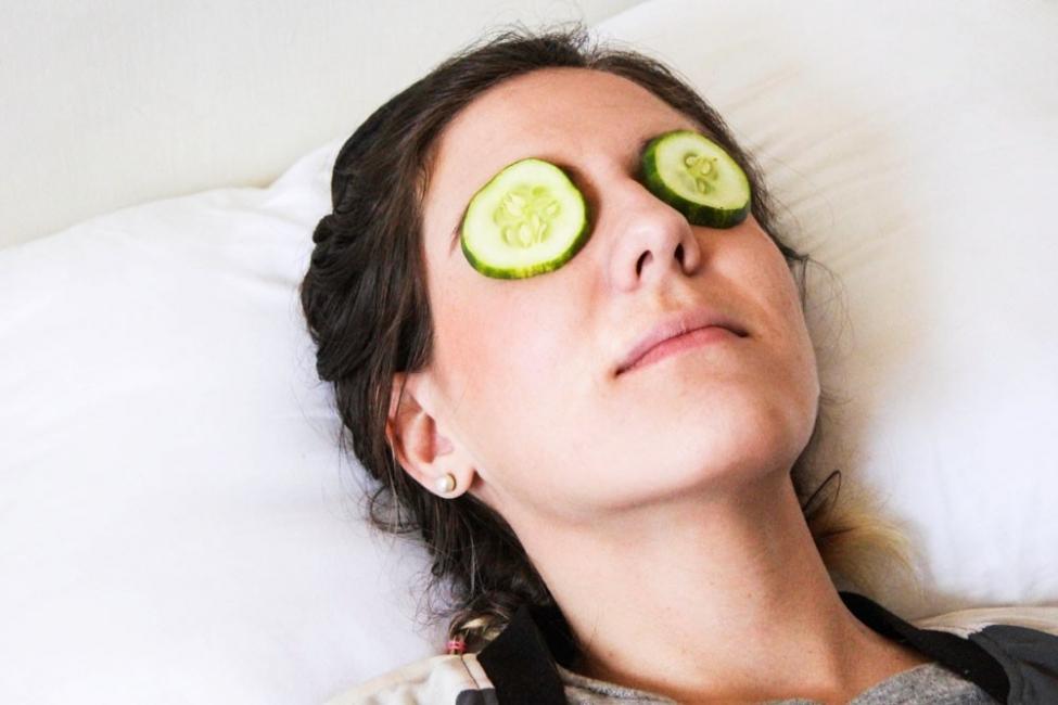 Mujeres con pepinos en los ojos