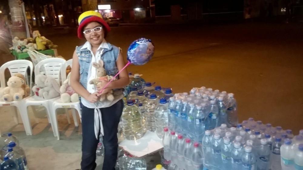 Esta niña convirtió sus juguetes en agua para los afectados del terremoto de Ecuador- historia inspiracional
