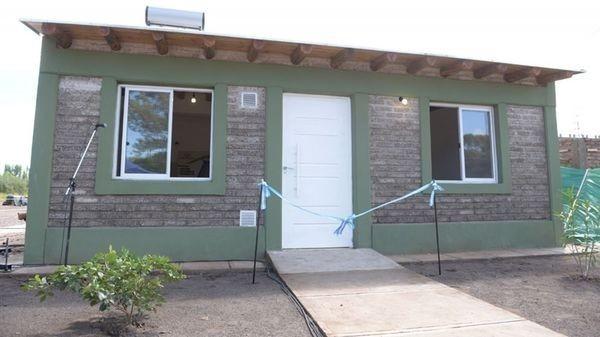 casa construida con ladrillos reciclados de pet