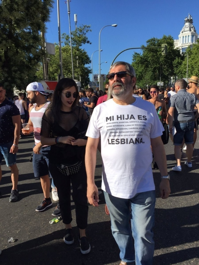 Padre apoya a su hija lesbiana en la Marcha del Orgullo en Madrid