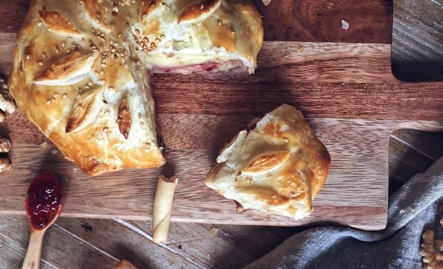 pan de hojaldre relleno de camembert - terminado