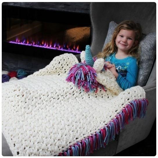 La manta unicornio es tejida, ideal para el invierno