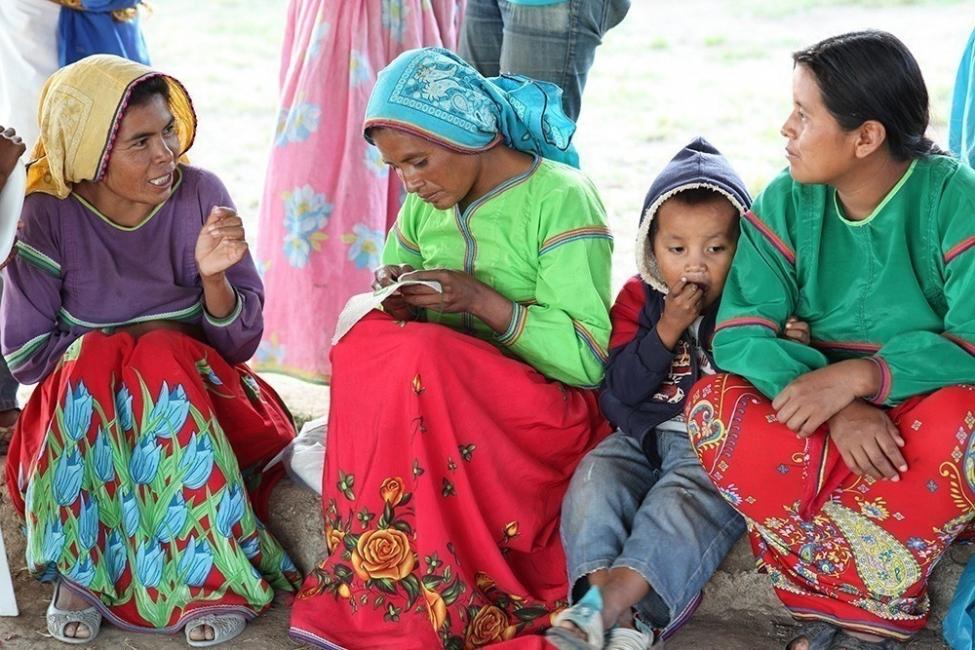 Comunidad originaria Wixaritari de México realiza tejidos de diseño sustentable - mujeres tejiendo