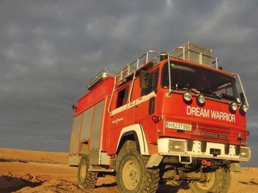 Estos artistas recorren el mundo llevando su alegría, ¡a bordo de un camión de bomberos!