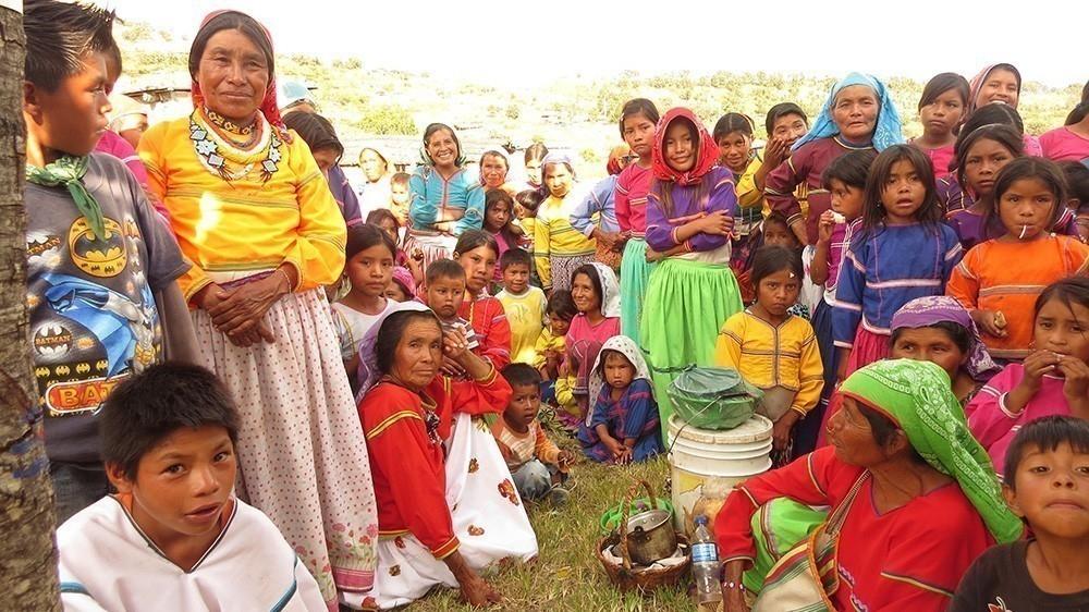 Comunidad originaria Wixaritari de México realiza tejidos de diseño sustentable - comunidad