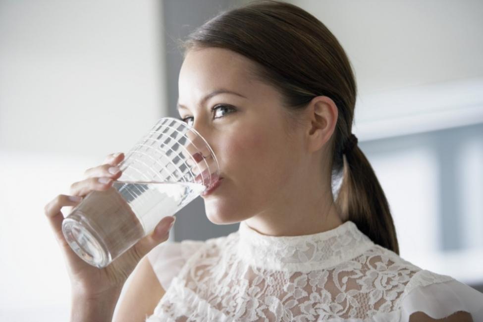 Eliminar bolsas en los ojos - hidratarse