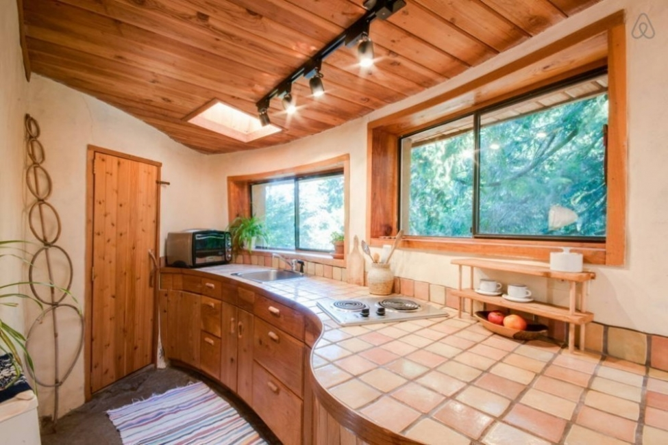 casita hecha a mano con materiales naturales locales. cocina