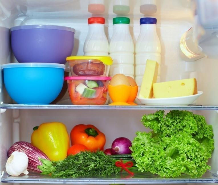cómo eliminar olores del refrigerador