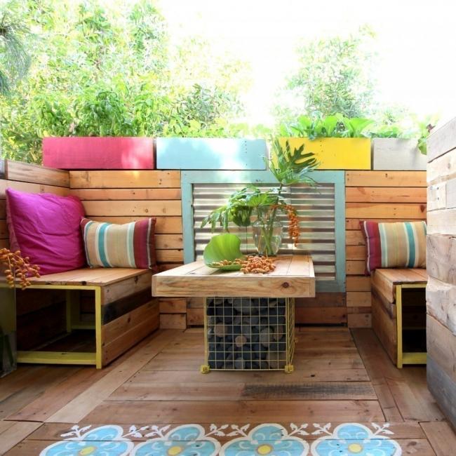 Remodela tu pequeño espacio con este living tropical hecho de pallet- construcción