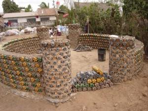 Casa de botellas PET construida por Ingrid Vaca Diez. Fuente: http://www.eco-tecnologia.com/portal/galeria_fotos.php?id=9