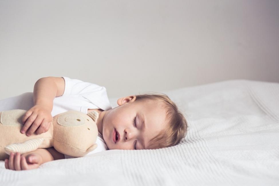 Todos los bebés deben dormir de espaldas
