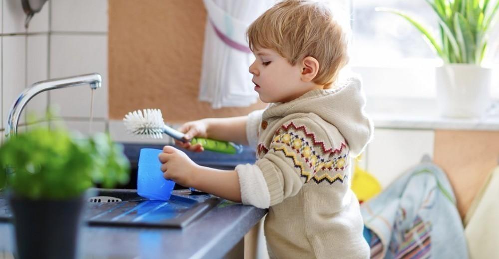 El pequeño debe hacer las tareas de la casa para levantar el castigo