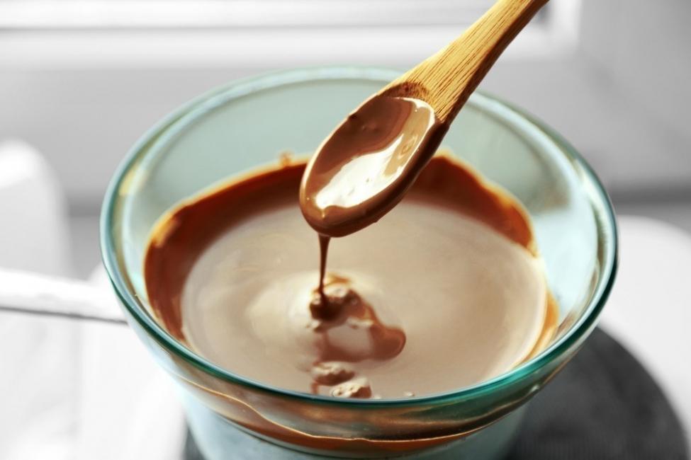 chocolate relleno con yogur y frutilla - derretir chocolate