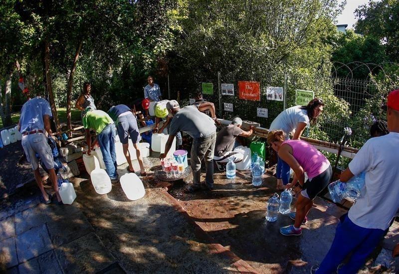 Ciudadanos recolectando agua en Ciudad del Cabo