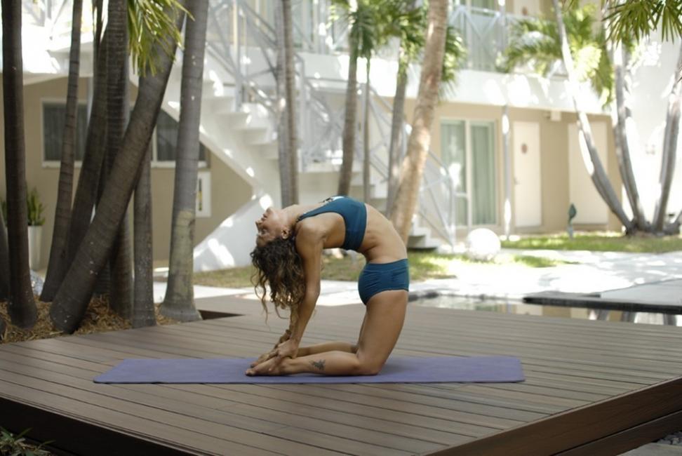 yoga para hacer en vacaciones - camello