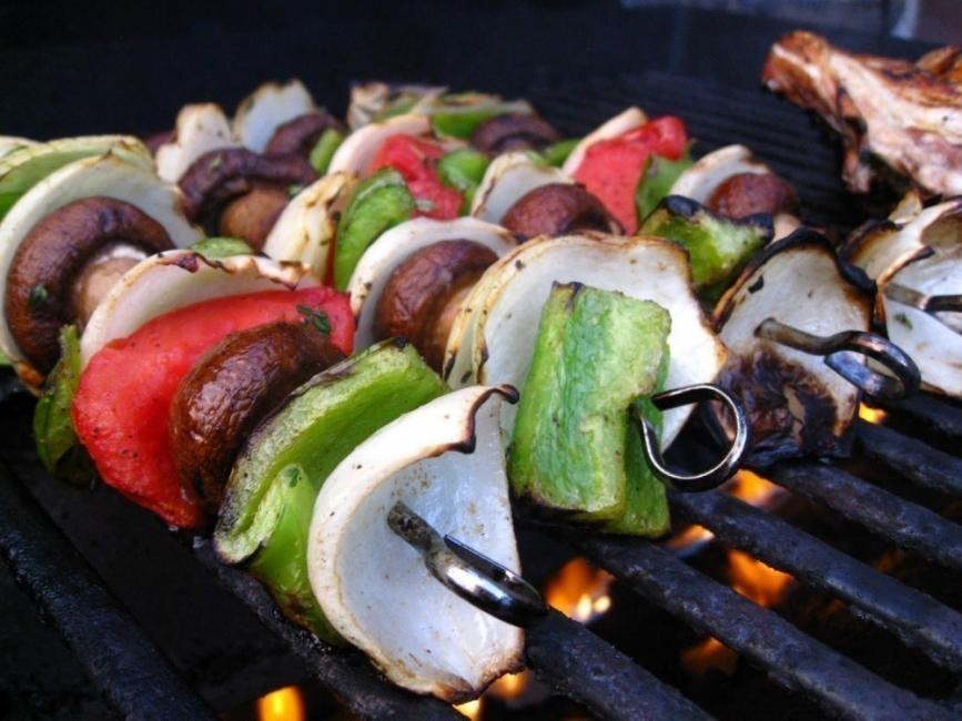 hacer un horno- parrilla con un barril reciclado - vegetales grillados