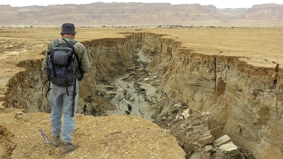El mar Muerto es un lago endorreico salado situado en una profunda depresión a 430 metros bajo el nivel del mar