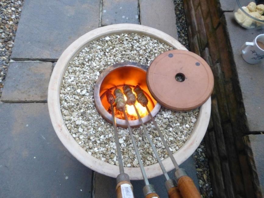 Horno tandoor para el jardín con macetas - cocinar alimentos