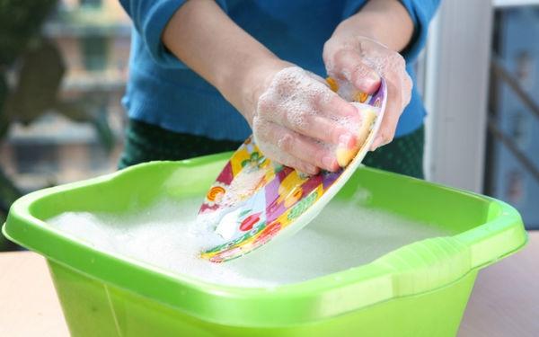 woman-dishwashing