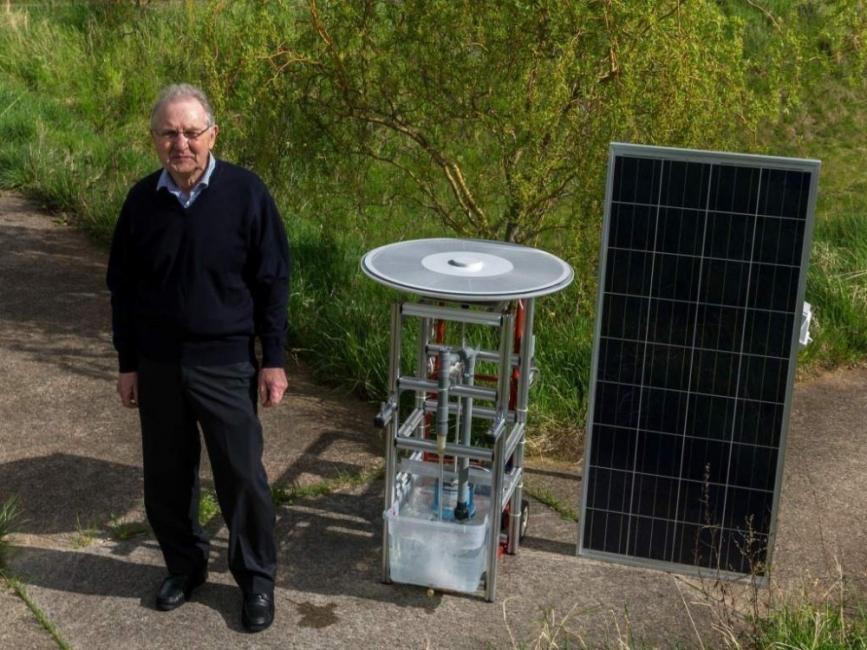 Este anciano creó un motor solar para generar energía en lugares remotos