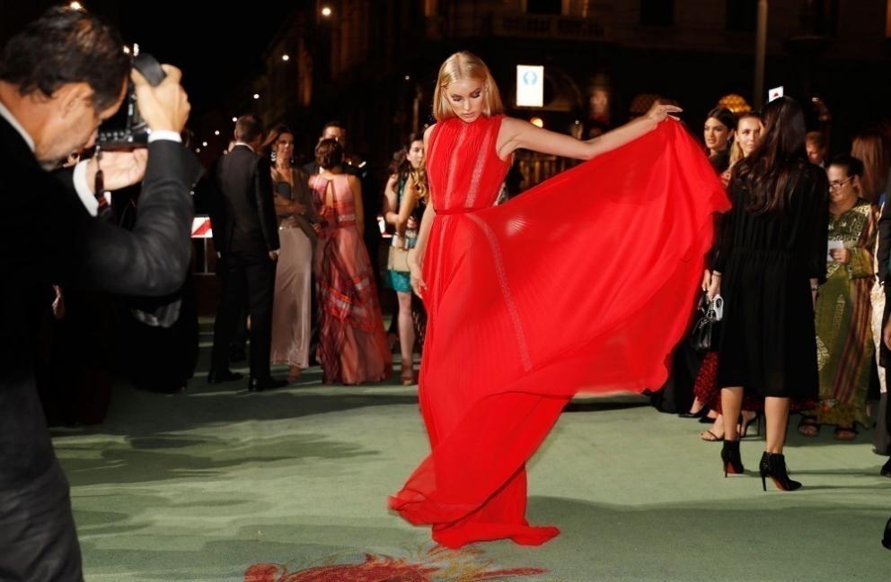 Elsa Hosk con un vestido de la firma italiana Alberta Ferretti realizado en gasa de seda orgánica certificada y detalles en encaje reutilizado