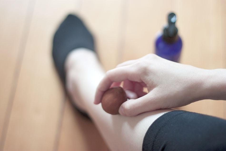 Cómo usar el hueso del aguacate para piernas cansadas