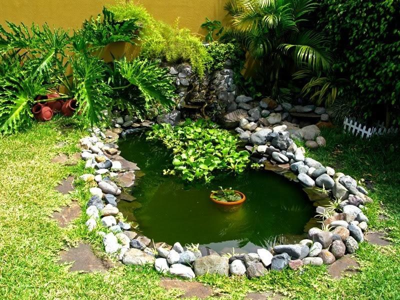 estanque de agua con neumáticos