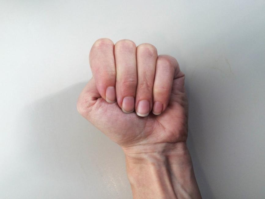 test de personalidad - puño cerrado pulgar dentro