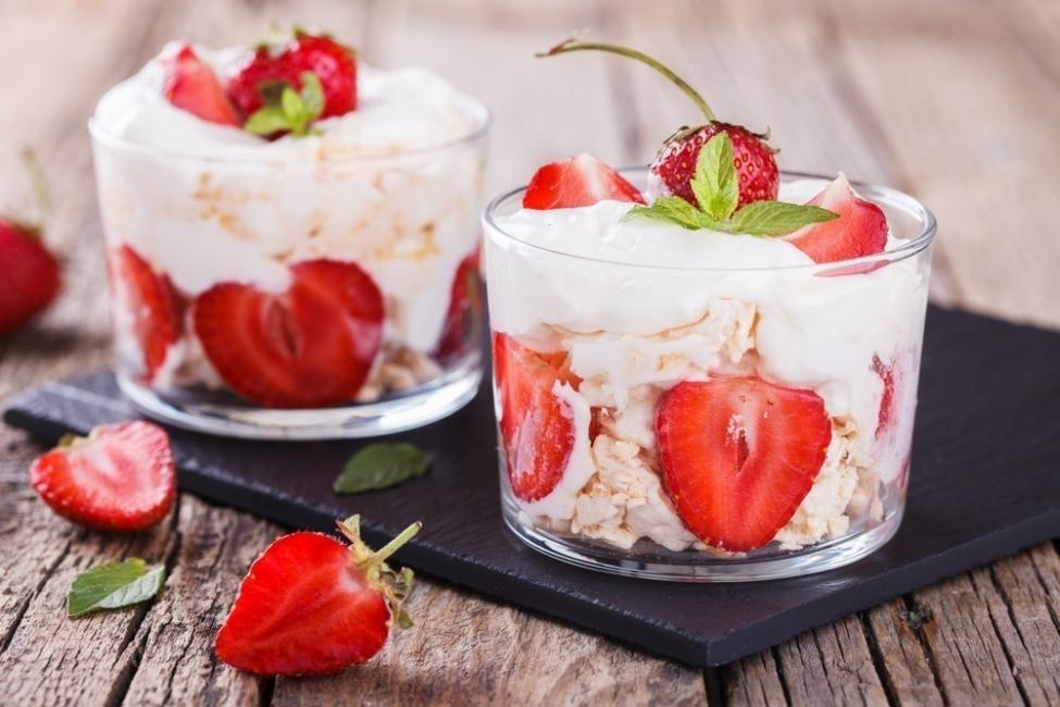postre de frutillas - copa de frutillas yogur y merengue