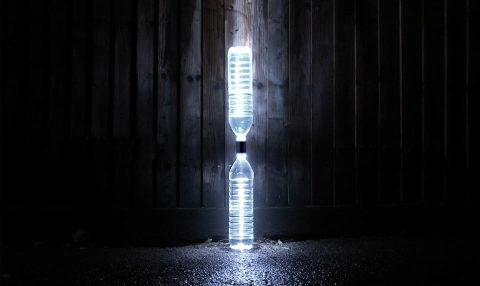 Una mini-planta hidroeléctrica de botellas que transforma agua en energía