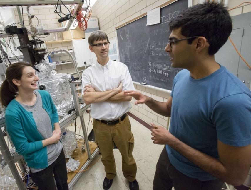 El profesor de física Peter Abbamonte (centro) trabaja con los estudiantes graduados Anshul Kogar (derecha) y Mindy Rak (izquierda) en el Laboratorio