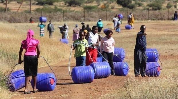 Rueda transportadora de agua - África