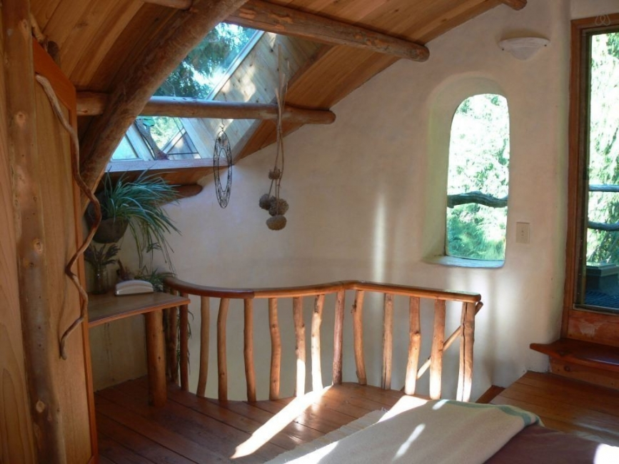 casita hecha a mano con materiales naturales locales. descanso escalera