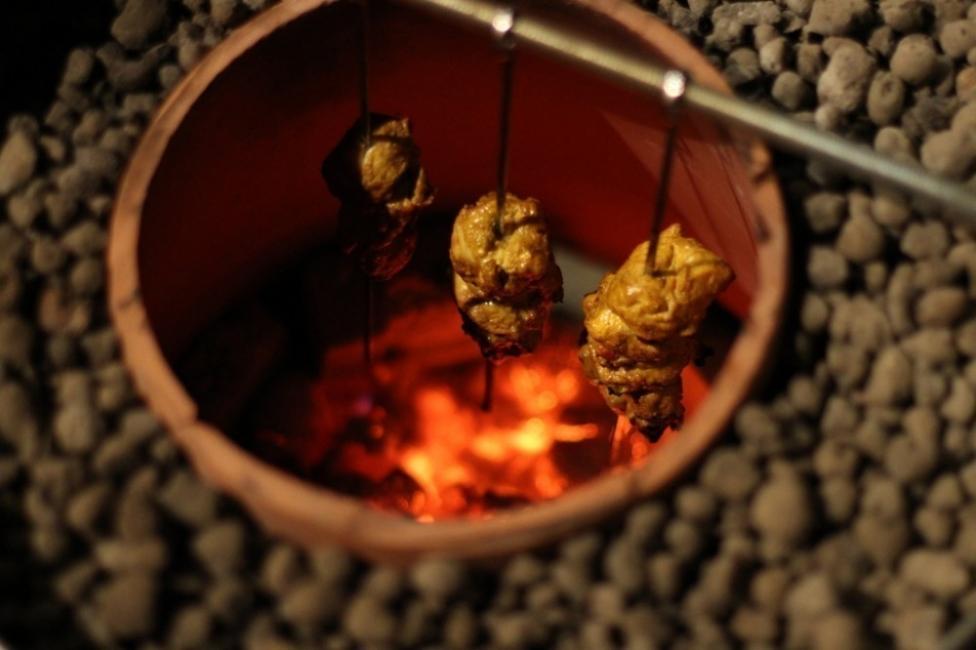 Horno tandoor para el jardín con macetas - alimentos