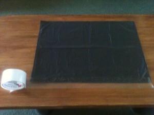 04 - Unir con cinta adhesiva el extremo abierto de la bolsa, dejar un poco de cinta adicional en los bordes...