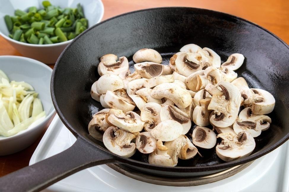 Camotes rellenos de hongos y vegetales - champiñones salteados
