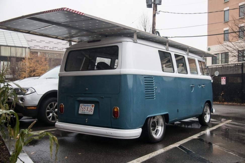 Camioneta Volkswagen de 1966 a energía solar - parte trasera