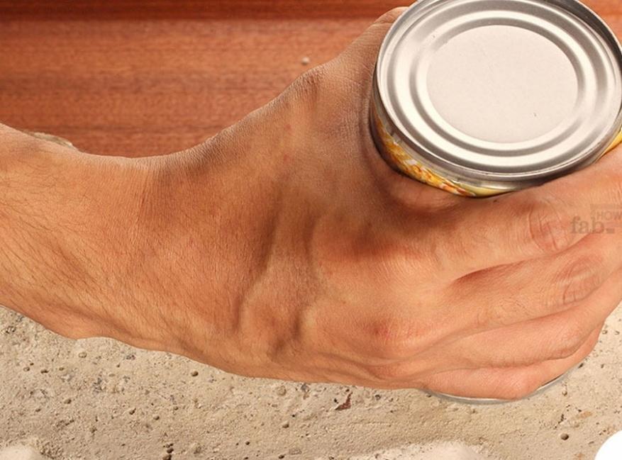 cómo abrir una lata con una piedra paso a paso
