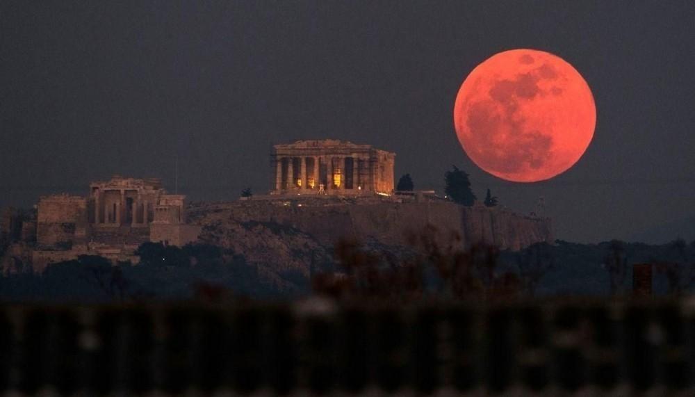 Durante el transcurso del eclipse, la atmósfera de la Tierra filtró la luz azul y verde de los rayos solares, pero dejó pasar la roja