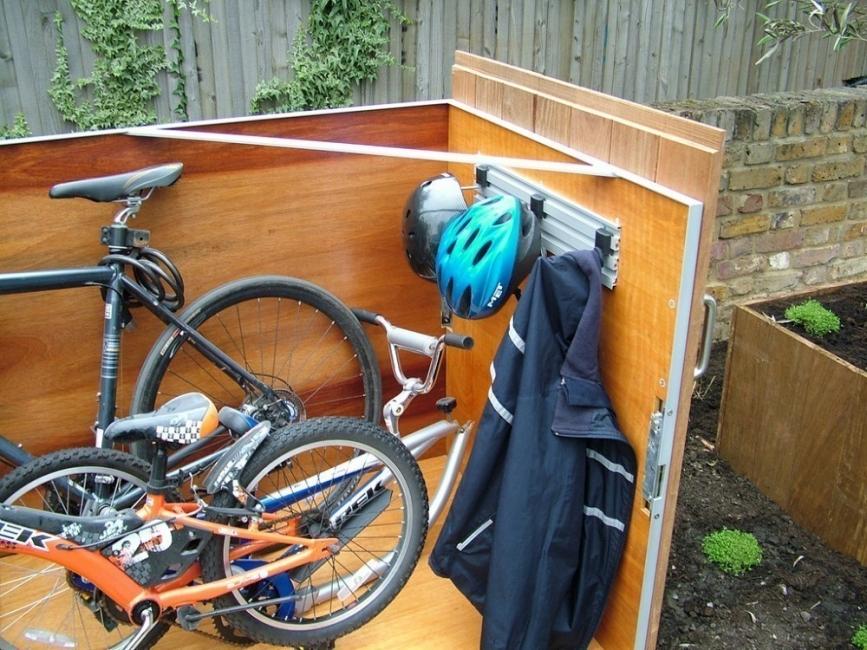garaje para bicicletas con techo verde