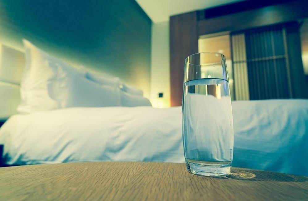 vaso de agua junto a la cama