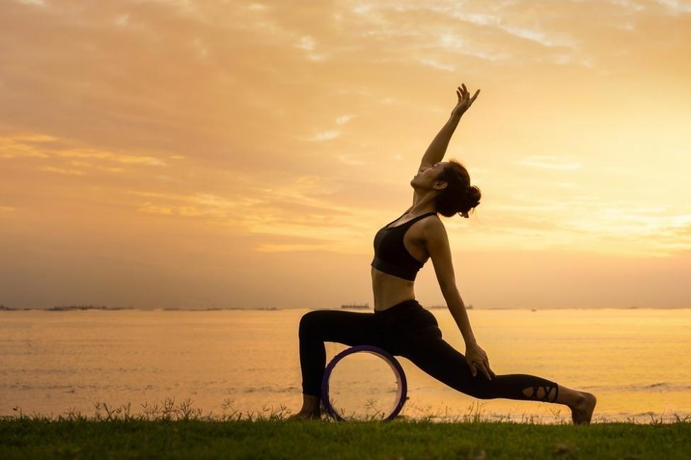 Mujer haciendo yoga al atardecer