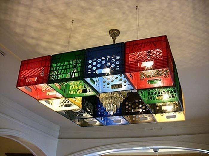 Muebles con cajones plásticos de cerveza - lámpara