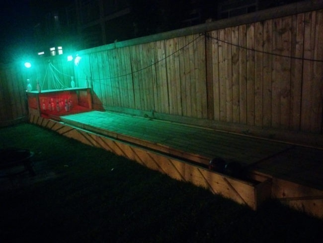 bowling en jardín a la noche