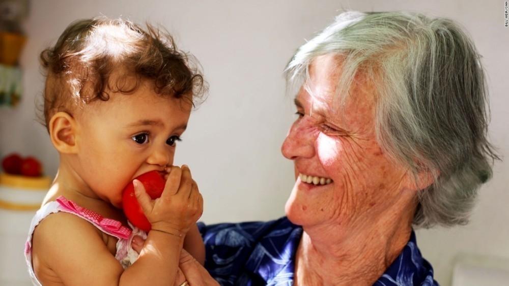 http://www.lanacion.com.ar/1747307-icaria-la-increible-isla-donde-la-gente-se-olvida-de-morir