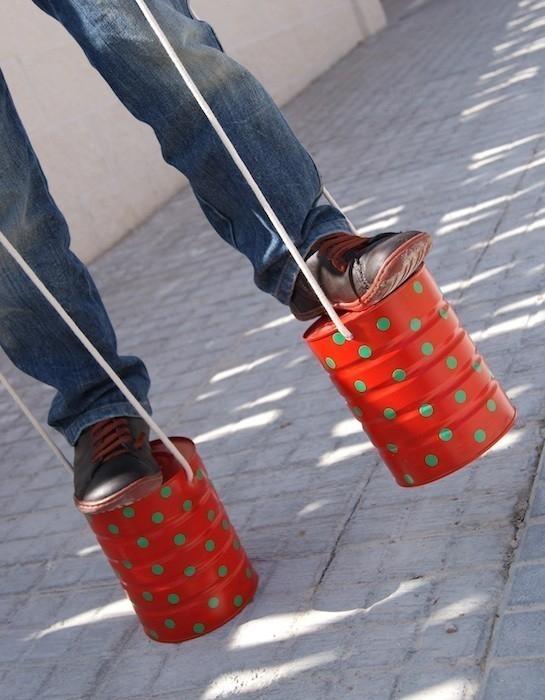 zancos con latas